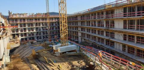 """W koronakryzysie budują w Krynicy pięciogwiazdkowy hotel """"na bogato"""" [ZDJĘCIA]"""