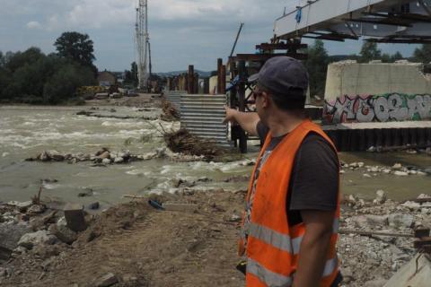 Jeszcze mostu heleńskiego nie ma, a już musiał zmierzyć się z żywiołem