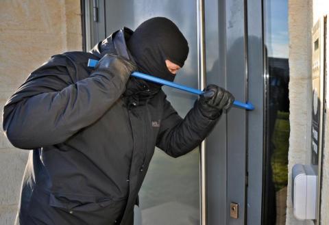 Naruszenie miru domowego. Jak bronić się przed złodziejem lub włamywaczem?