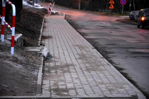 Stary Sącz: Żwirki i Wigury z chodnikiem a park bez deszczowych stawów