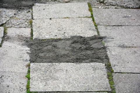 Zasypali chodnik ziemią w ramach załatania dziur