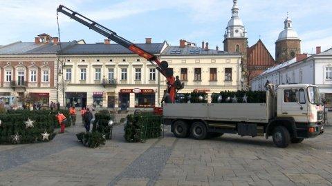 Nowy Sącz: Na Rynku już rośnie świąteczna choinka