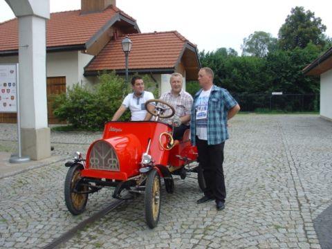 wójt Marek Janczak wyjechał -  legalnie - zaprojektowanym i własnoręcznie wykonanym samochodem z drewna