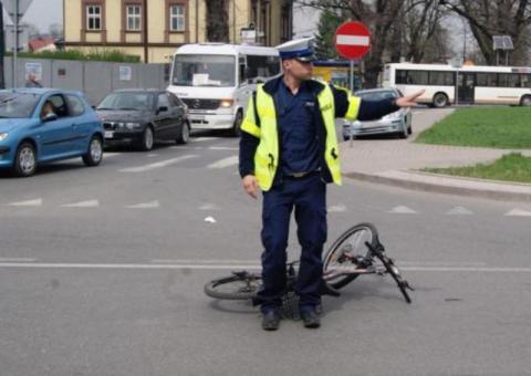 Jak to możliwe? Samochód staranował rowerzystę na... chodniku w Nowym Sączu