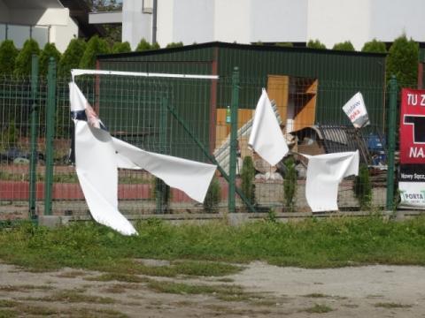 Zniszczone banery i pijany członek komisji wyborczej
