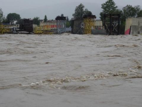Dunajec wzbiera, poziom wody zbliża się do stanu alarmowego