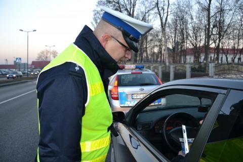 """Policjanci kontrolują pieszych i kierowców. Rusza akcja """"Zatrzymaj się i żyj"""""""