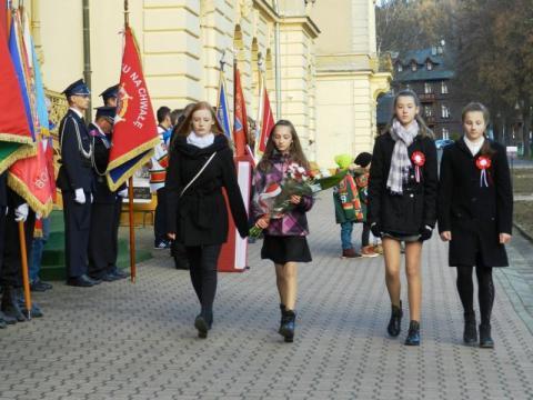 delegacje złożyły kwiaty pod tablicą Józefa Piłsudskiego.