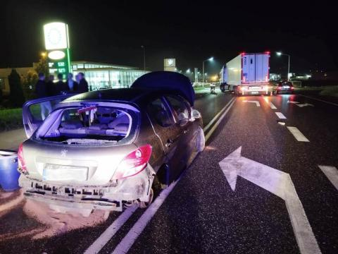 Nocny wypadek na DK-75 w Wielogłowach. Samochód zderzył się z ciężarówką