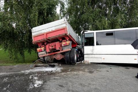 Horror w Świniarsku. Ciężarówka staranowała autobus z uczniami [WIDEO][ZDJĘCIA]