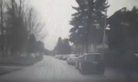Wjechał hulajnogą wprost pod samochód. Nawet się nie rozglądał [WIDEO]