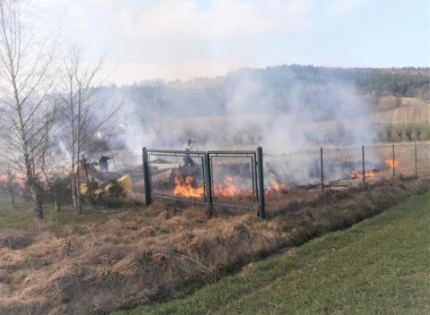 Korzenna: mężczyźni podpalili suchą trawę. Mogły zginąć dzieci i kobieta w ciąży