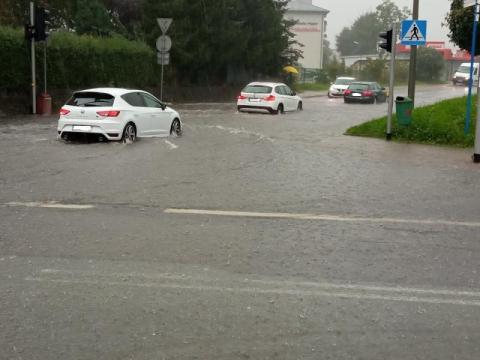 Nowy Sącz stanął w korkach. Woda zalała wiele ulic [ZDJĘCIA] [WIDEO]