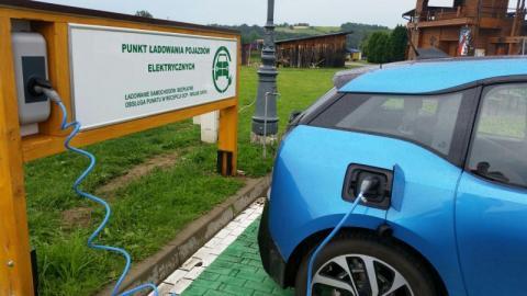 Ksiądz prowadzi stację ładowania samochodów elektrycznych