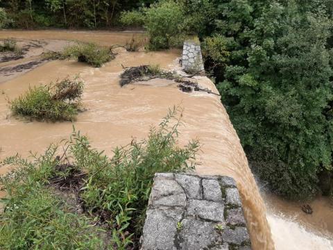 Stary Sącz: potok w Barcicach przekracza stan alarmowy! Poniżej całe osiedle