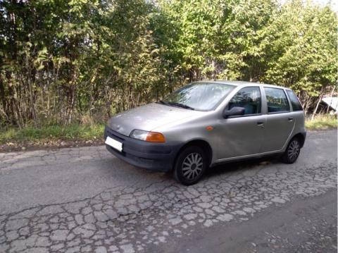 Porzucił Fiata na środku drogi. Nikt nie wie, co się stało