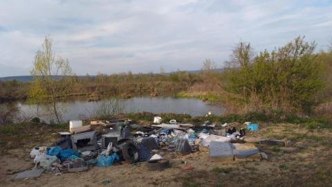 Komy chciało się aż tu takie śmieci wywieźć? Nie szkoda było na paliwo?