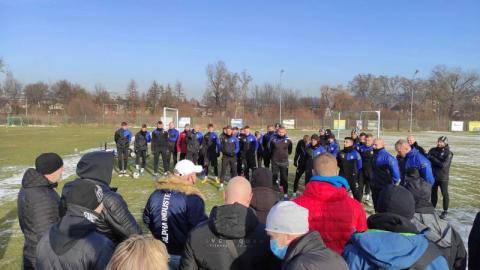 Kibice Sandecji odwiedzili piłkarzy na treningu! Były podziękowania i życzenia