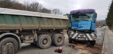 Zderzyły się dwie ciężarówki. Droga w Klęczanach przez godzinę była zablokowana