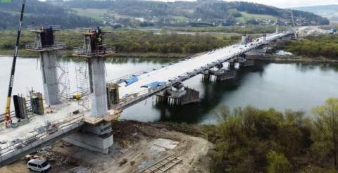 Coraz bliżej końca budowy mostu w Kurowie. Przeprawa rośnie w oczach