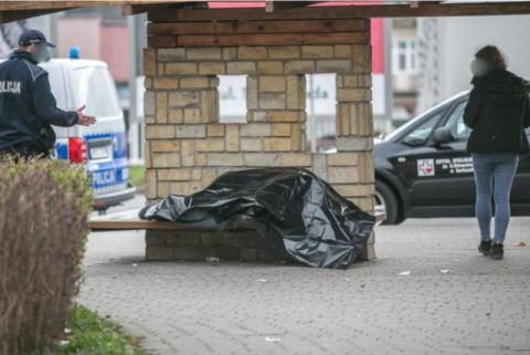Znaleźli go martwego na przystanku w centrum miasta
