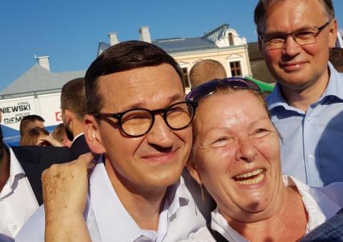 """""""Równy z niego gość"""". Selfie z premierem z politycznego pikniku w Starym Sączu"""
