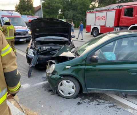 Groźny wypadek w Męcinie. Zderzyły się trzy samochody, dwie osoby w szpitalu