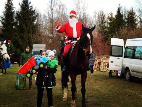 Św. Mikołaj na koniu obdarował potrzebujące dzieci prezentami [ZDJĘCIA]