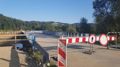Głucha cisza na budowie tymczasowego mostu na Kamienicy [ZDJĘCIA]