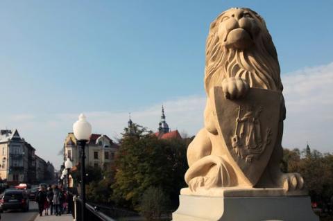 To wandale zniszczyli te piękne klosze z lamp przy Lwowskiej!