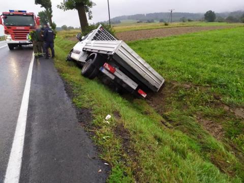 Wypadek na drodze krajowej w Podłopieniu. Jedna osoba ranna