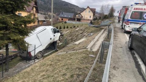 Wypadek na drodze krajowej. Dostawczak wylądował na przydrożnym płocie