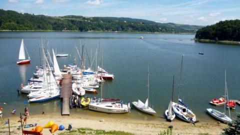 Wywróciła się żaglówka na Jeziorze Rożnowskim. Załodze pomogli inni żeglarze