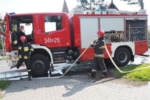 Pożar w kamienicy. Strażacy ewakuowali mieszkańców przez balkon
