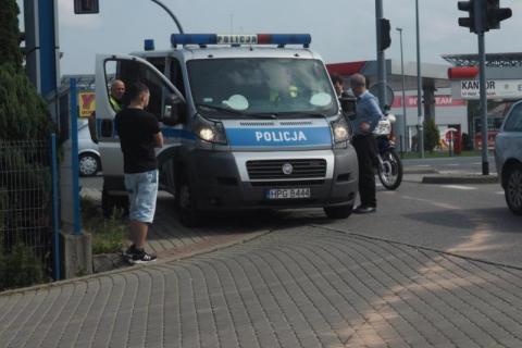 Samochód zderzył się z motorowerem. Policjanci szukają świadków