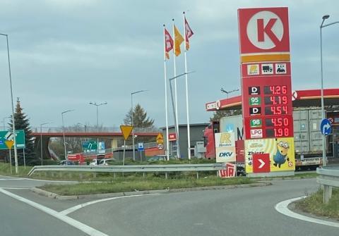 Sądeczanie już wielokrotnie zwracali uwagę na fakt, że ceny paliw w naszym powiecie są znacznie wyższe niż w innych częściach Małopolski. Dziś kolejny taki sygnał od Czytelnika – choćby w Brzesku zapłacimy około 40 groszy mniej za litr.