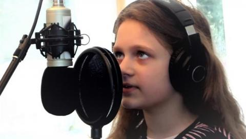 """""""Wszystko będzie dobrze"""". 9-letnia Paula razem z tatą znalazła sposób na nudę!"""