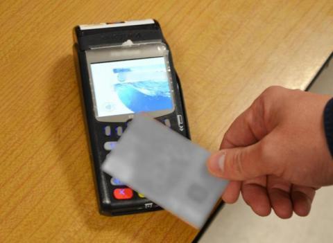 Znalazł kartę do bankomatu i … poszedł na zakupy