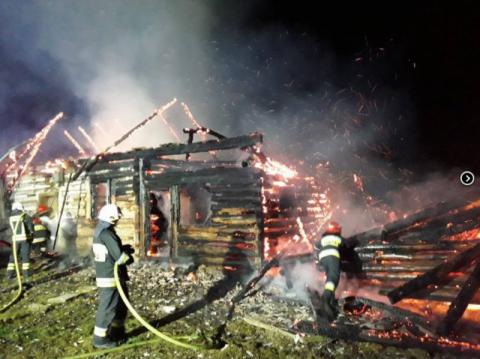 Popowice: pożar pustostanu. Strażacy kilka godzin gasili ogień