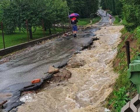 Wielkie sprzątanie po powodzi w gminie Łącko. Żywioł wyrządził wiele szkód