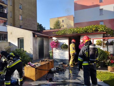 Poranny pożar w Nowym Sączu. Palił się budynek gospodarczy [ZDJĘCIA]