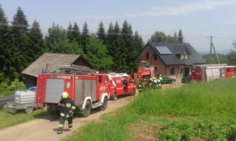 Strażacy gasili pożar w Bukowcu. Płonął budynek gospodarczy [ZDJĘCIA]