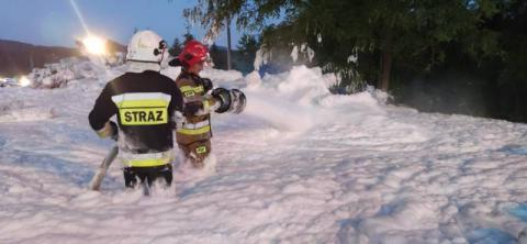 Strażacy tonęli w Stróżach morzu piany. Gasili pożar blisko pięć godzin [ZDJĘCIA