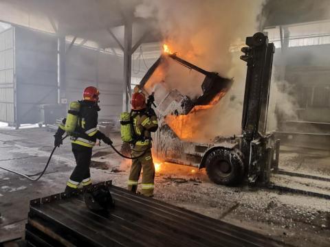 Pożar w sądeckiej firmie. W hali produkcyjnej zapalił się wózek widłowy[ZDJĘCIA]