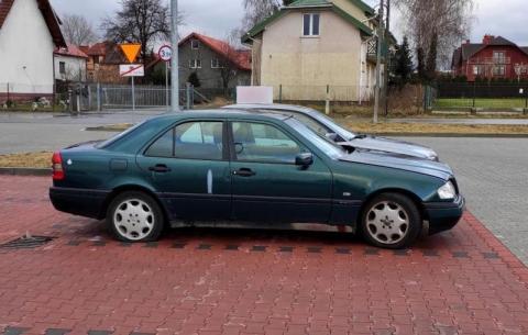 Pozostawiony samochód na ulicy Zielonej