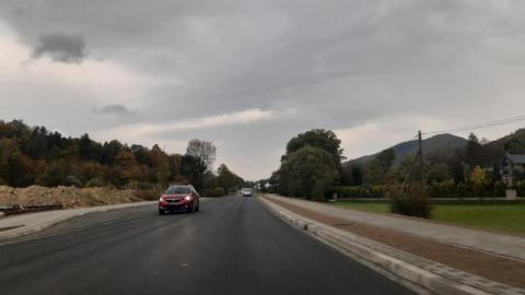 Droga krajowa bez chodnika? Wreszcie budują ponad kilometr drogi dla pieszych