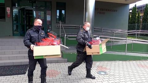 Przyłbice od PWSZ zabezpieczają jednostki publiczne. 500 sztuk trafiło do służb