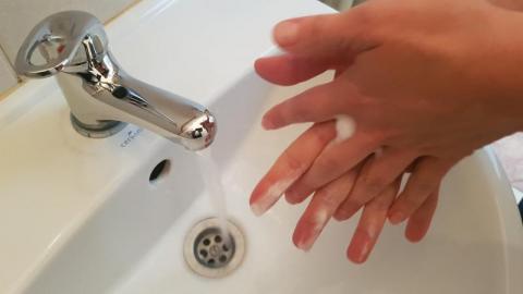 Środki dezynfekujące wykańczają nasze ręce. Jak się bronić przed grzybicą?