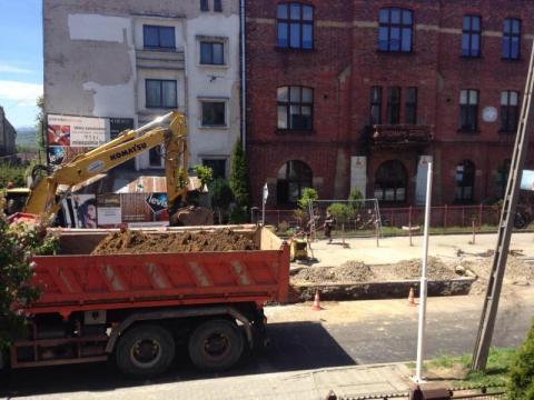 Wczoraj wylali asfalt, dzisiaj go prują. Co się stało w Sączu na ulicy Kunegundy