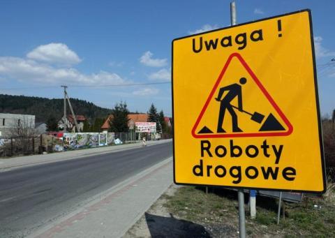 Zamknięte drogi, wyznaczone objazdy. Uwaga na utrudnienia w powiecie gorlickim
